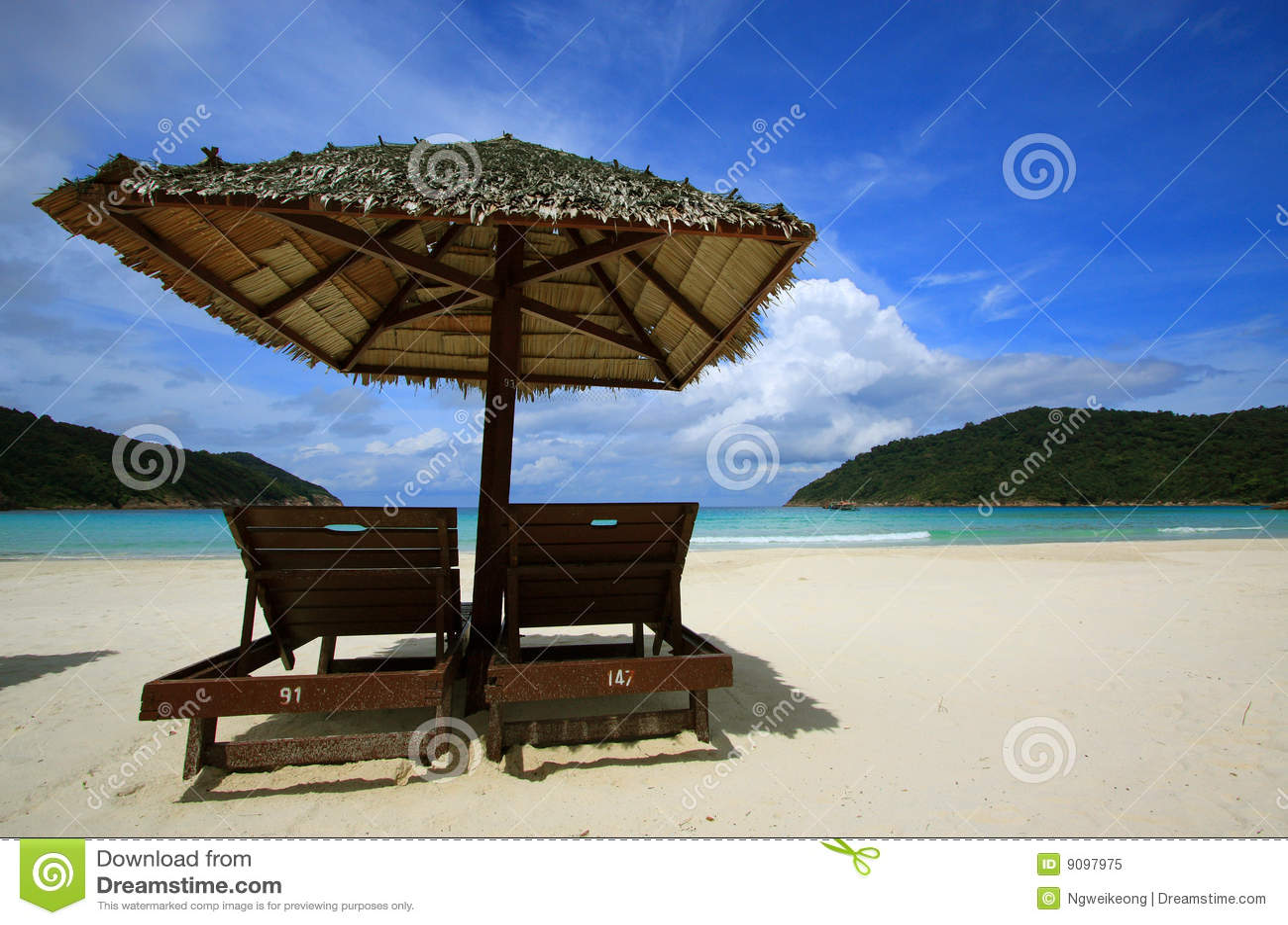 Stühle auf einem Inselstrand