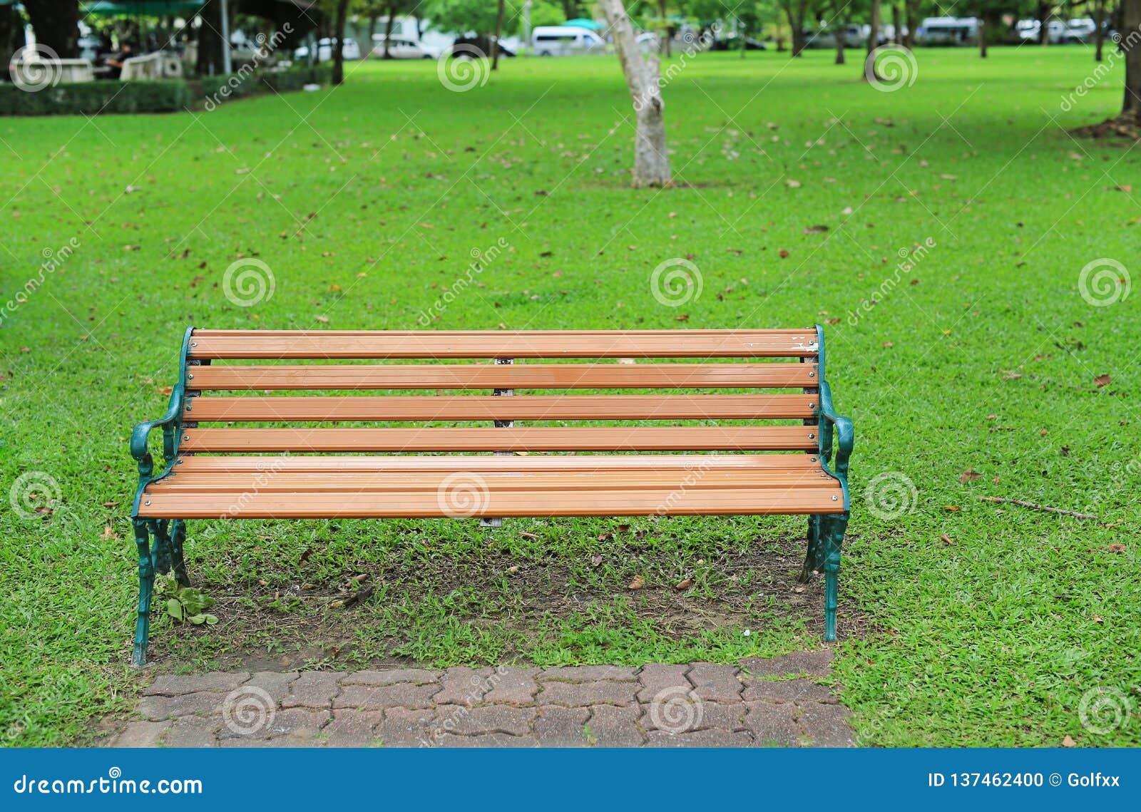 Stühle im allgemeinen Park mit Fall trockneten Blätter herum Fühlen Sie sich einsam und ruhig