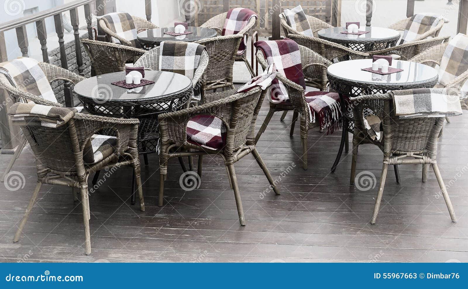 Stuhle Mit Bunten Wolldecken Und Tabellen Auf Der Terrasse Einer Strasse Stockbild Bild Von Bunten Terrasse 55967663