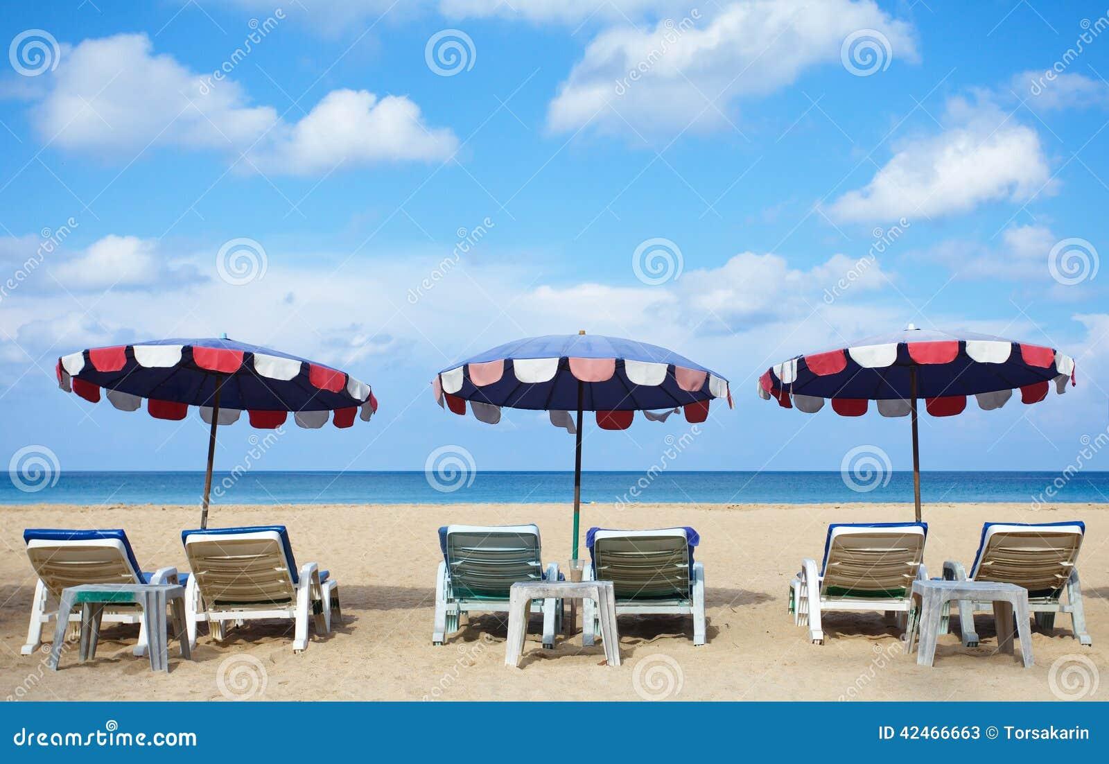Stühle und Regenschirm