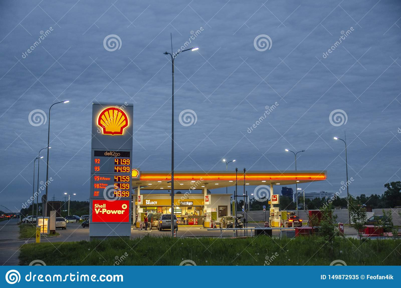 ST Η ΠΕΤΡΟΥΠΟΛΗ, Ρωσία, μπορεί, το 2019  βενζινάδικο κοχυλιών στην οδό αλεξίπτωτων όμορφα σύννεφα στο υπόβαθρο του βενζινάδικου