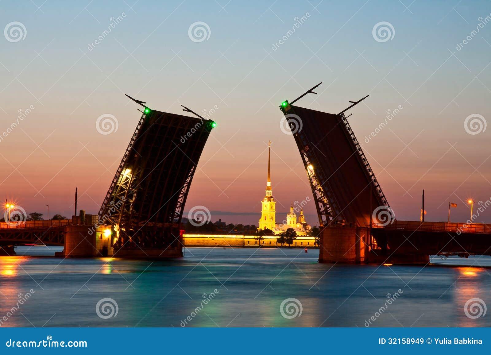ST Πετρούπολη, η αυξημένη γέφυρα παλατιών