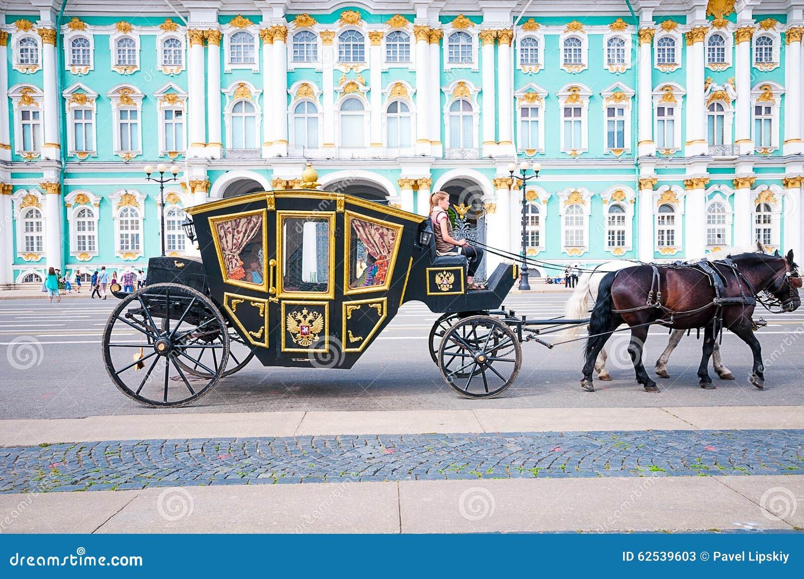 ST 彼得斯堡,俄罗斯- 2015年7月26日:支架的游人在