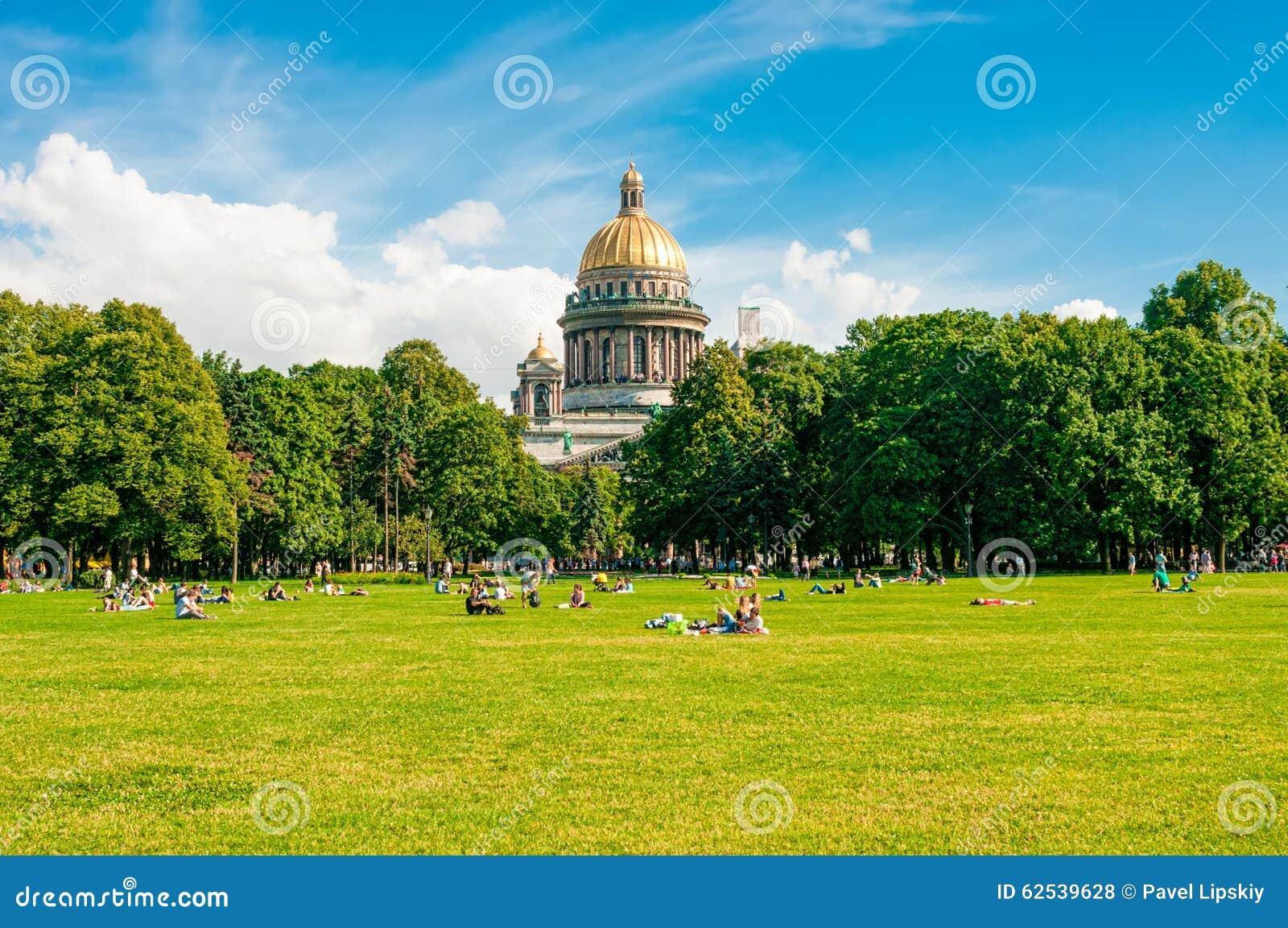 ST 彼得斯堡,俄罗斯- 2015年7月26日:放松在同水准的人们
