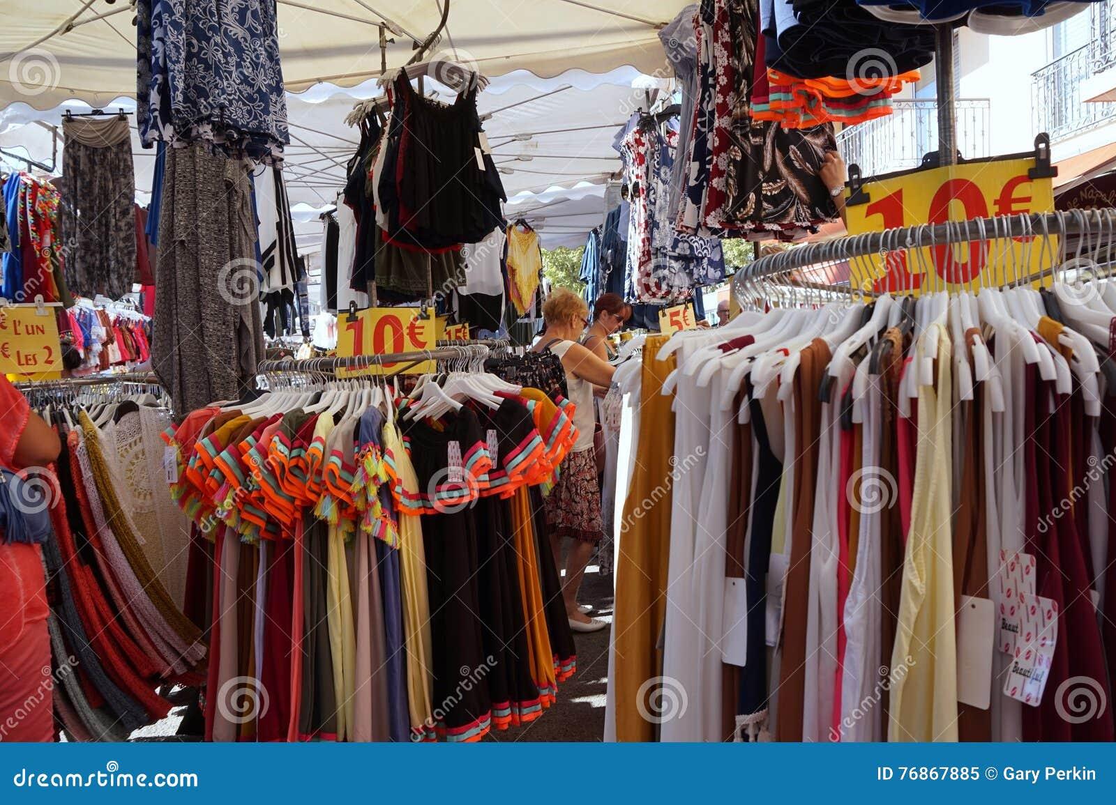St AYGULF, VAR, ПРОВАНСАЛЬ, ФРАНЦИЯ, 26-ое августа 2016: Провансальский стойл рынка продавая одежды и другие детали к locals и ту