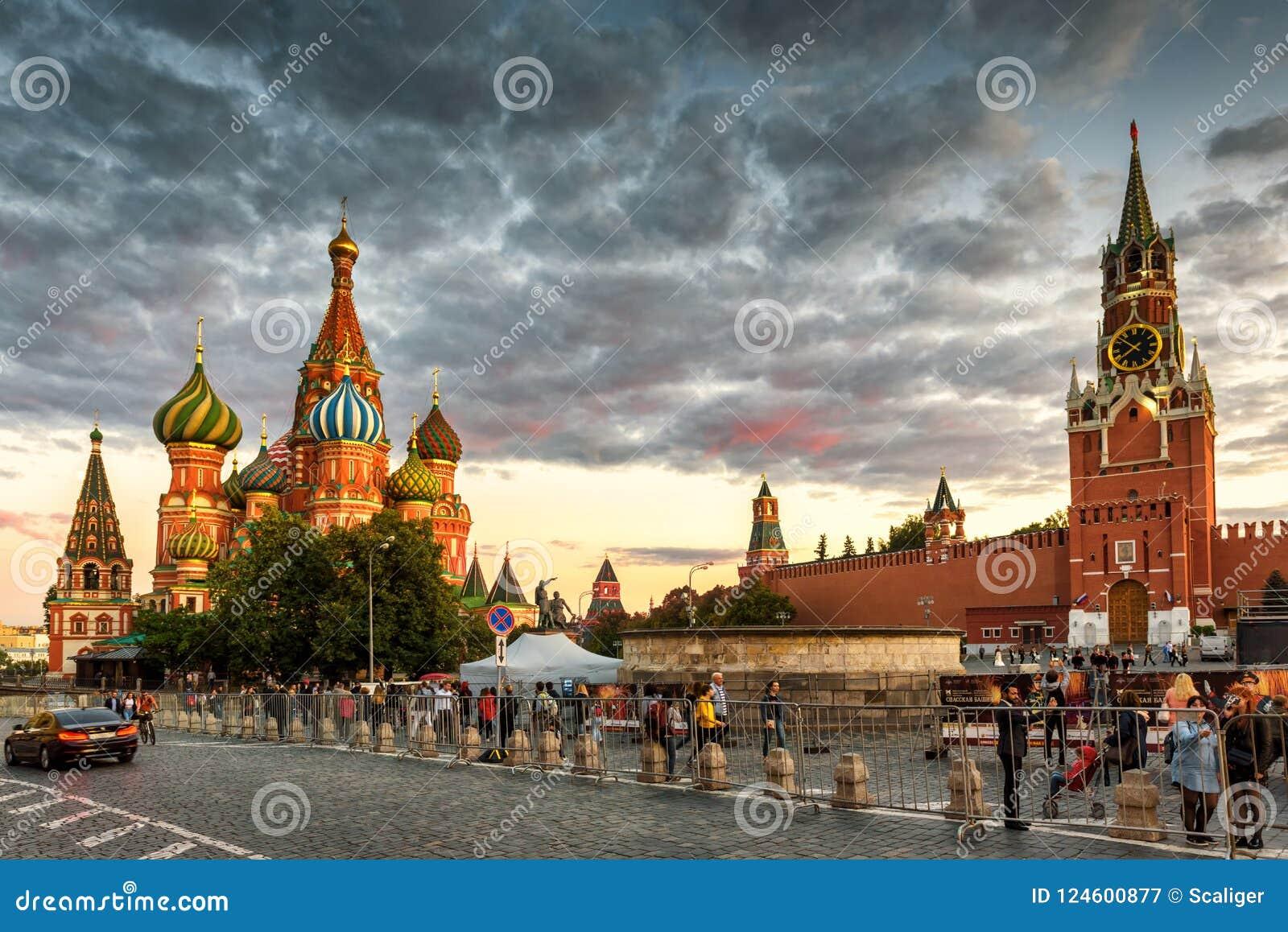 St Basilicum` s Kathedraal en Moskou het Kremlin op Rood Vierkant bij zonsondergang,