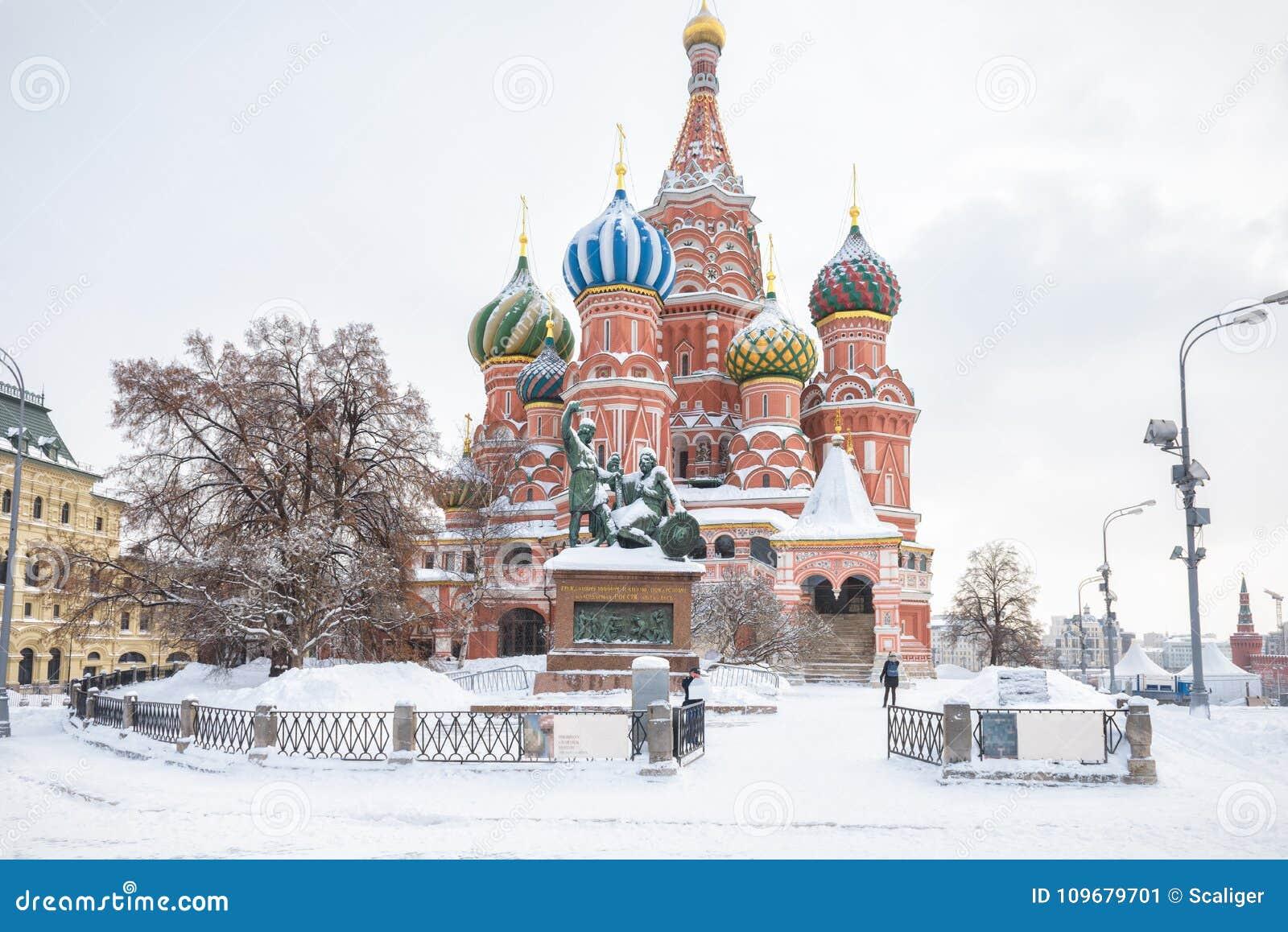 St Basilicum` s Kathedraal tijdens sneeuwval in de winter in Moskou