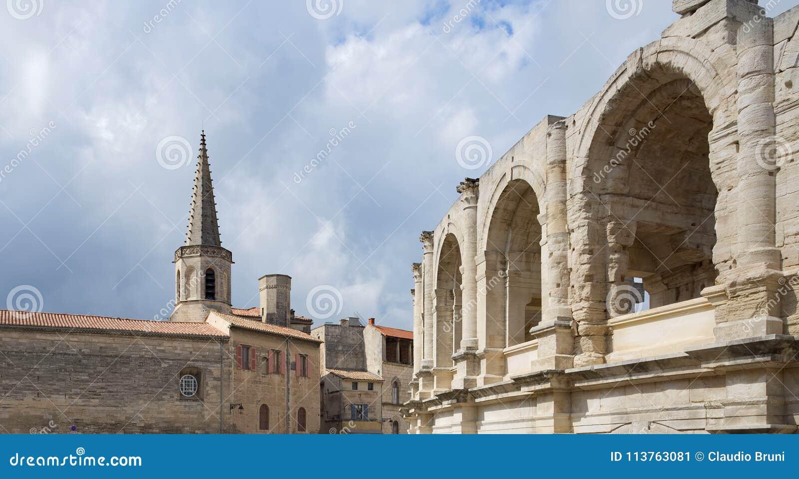 St Charles och arena - Arles - Provence - Camargue - Frankrike