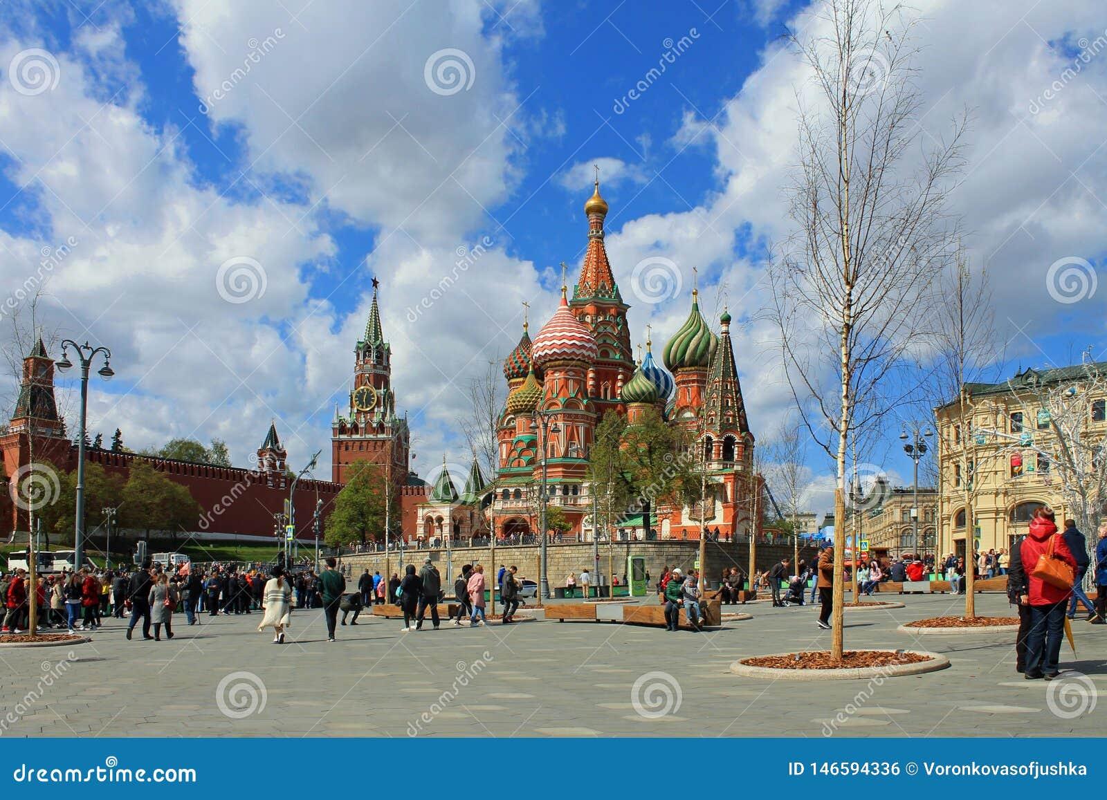 St de Kathedraal van het Basilicum en de toren van het Kremlin Spasskaya op rood vierkant in Moskou Rusland