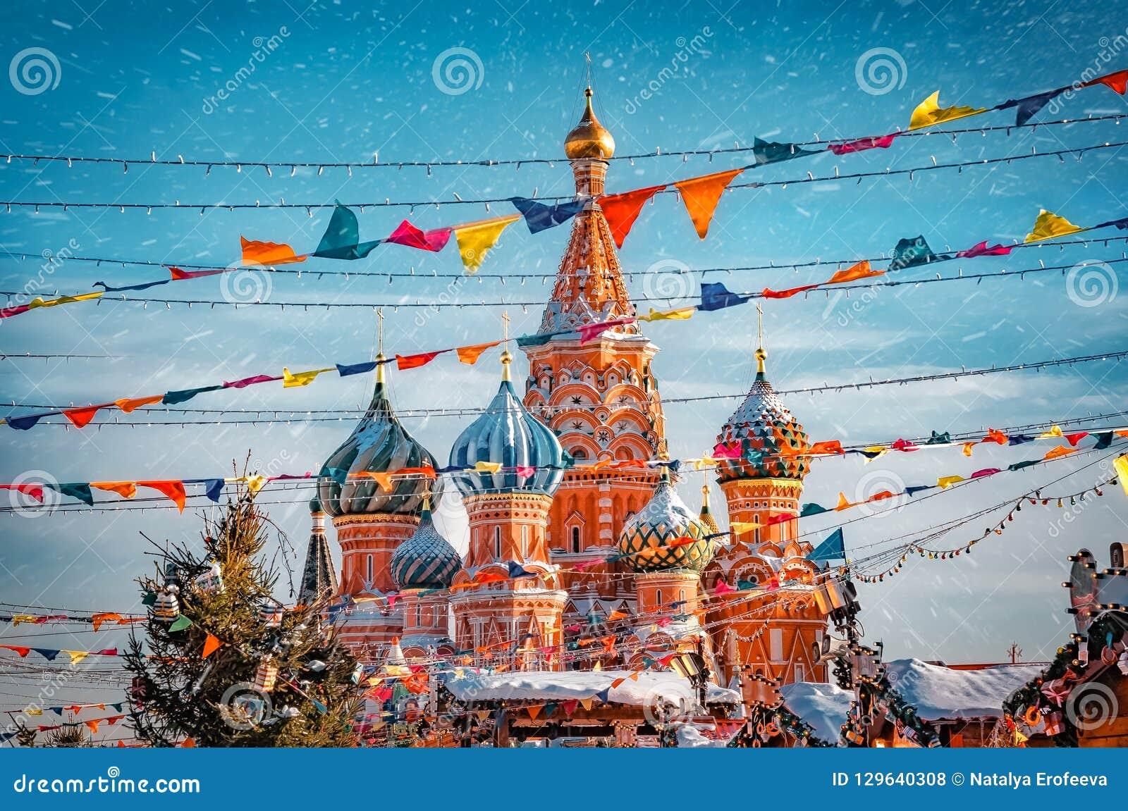 St de Kathedraal van het Basilicum in Moskou het Kremlin op Rood Vierkant Verfraaid Rood Vierkant in de tijd van Chrismastide en