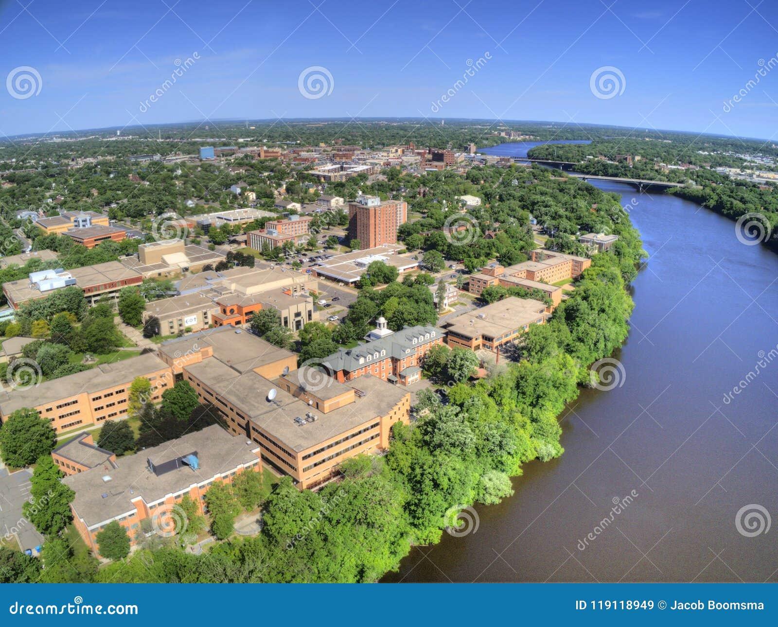 St de Wolkenuniversiteit is een Universiteit op de Rivier van de Mississippi in Centraal Minnesota