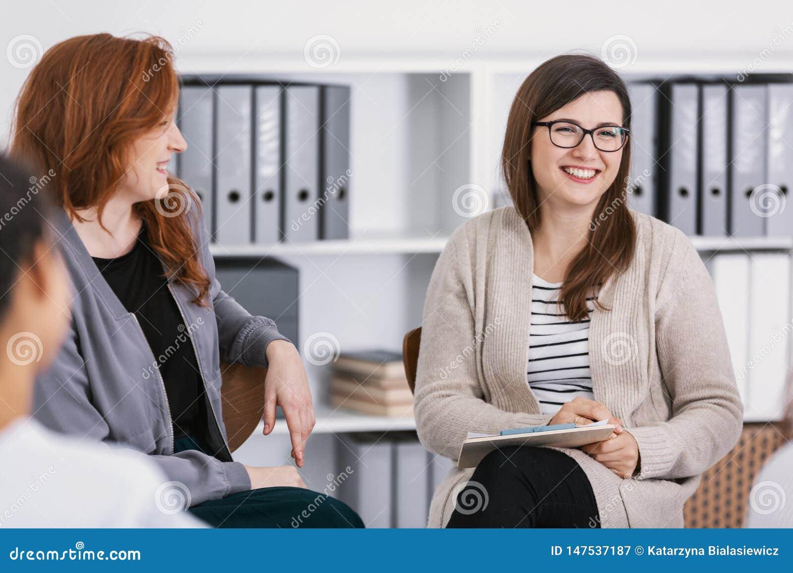 St?dgrupp under psykologisk terapi, utbildning f?r kvinnabegrepp