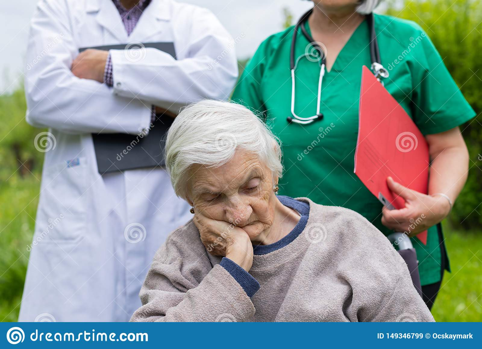 St?ende av den ?ldre kvinnan med demenssjukdomen