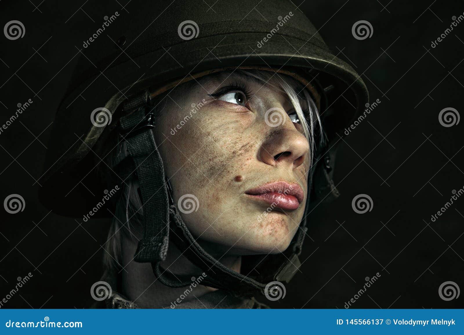 St?ende av den unga kvinnliga soldaten