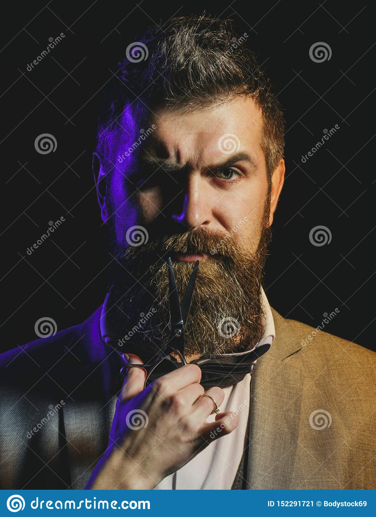 St?ende av det stilfulla mansk?gget Sk?ggig man, sk?ggig man Barberaresaxen, barberare shoppar Tappningfrisersalong som rakar