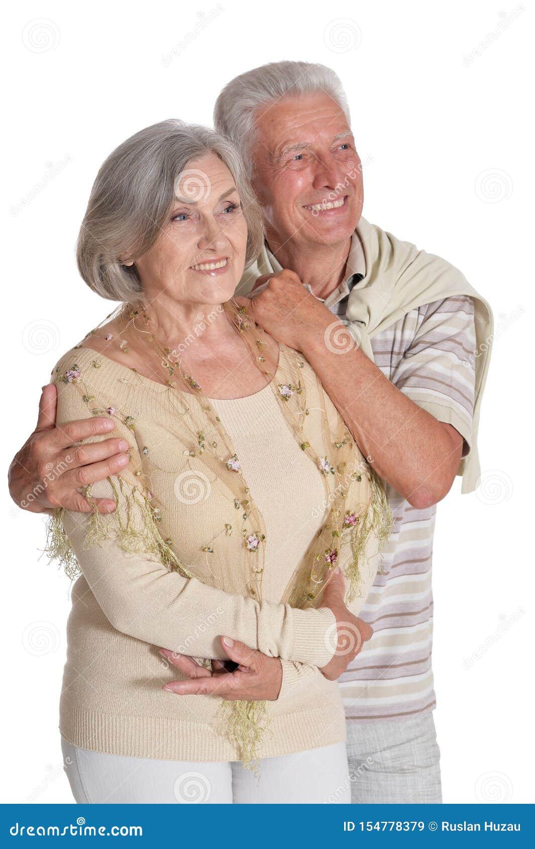 St?ende av lyckliga h?ga par som kramar p? vit bakgrund