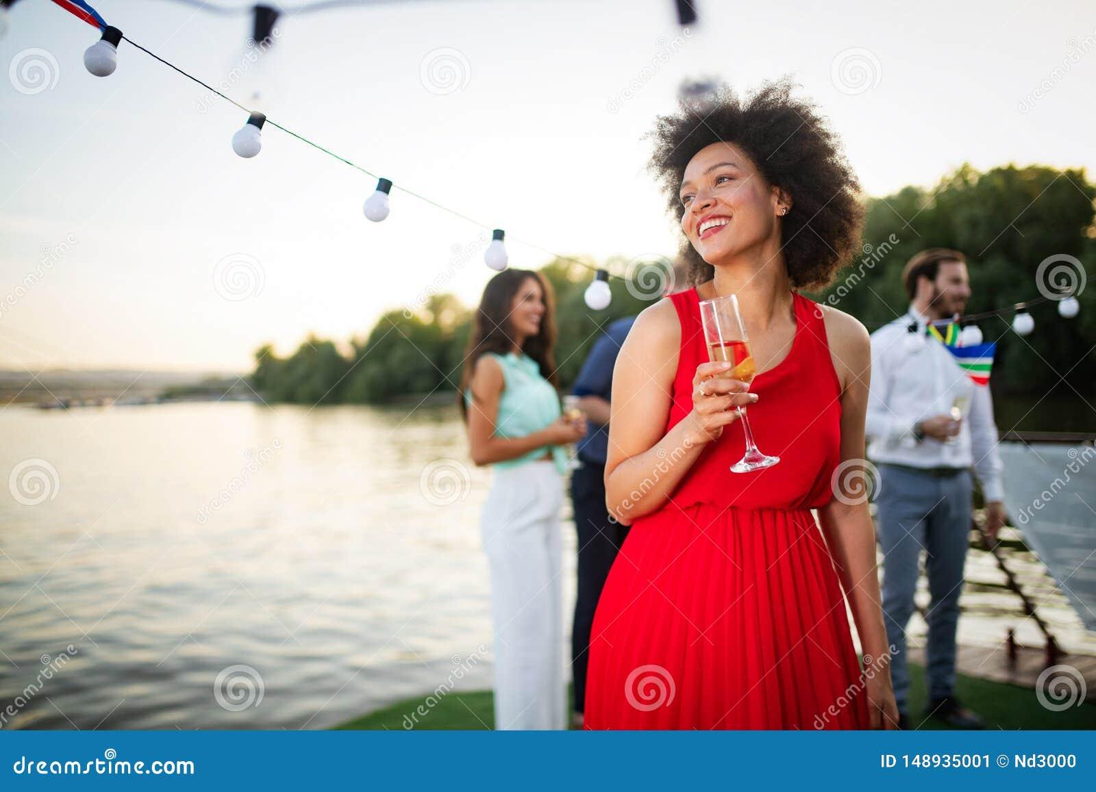 St?ende f?r sommarlivsstilmode av den stilfulla svarta kvinnan med drinken