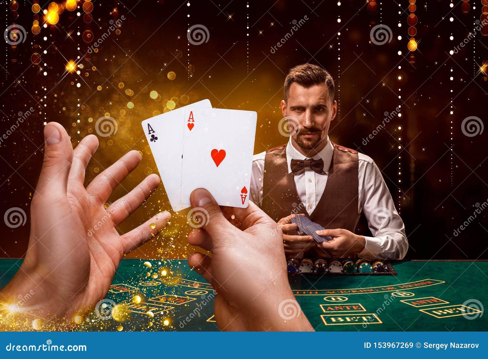 St?enden av en croupier rymmer att spela kort som spelar g? i flisor p? tabellen Svart bakgrund
