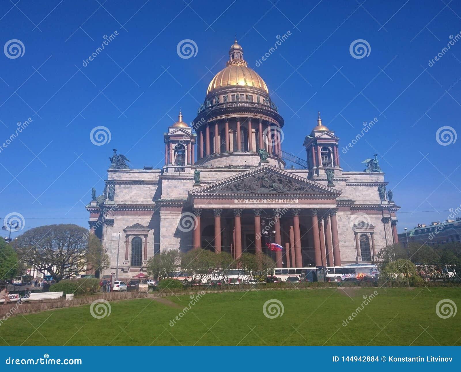 St Isaac& x27; s-domkyrka i St Petersburg, Ryssland, klar dag