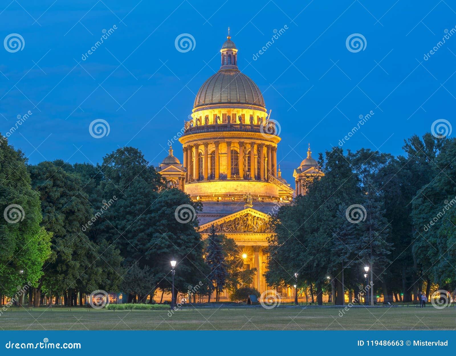 St Isaac ` s Kathedraal bij witte nacht, Heilige Petersburg, Rusland