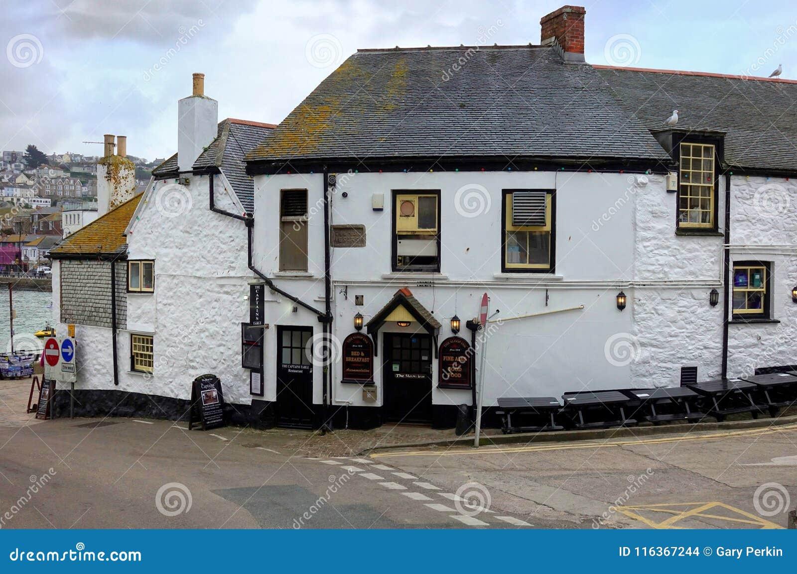 St Ives, Cornualha, Reino Unido - 13 de abril de 2018: ` O ` da pensão da chalupa, um bar real tradicional da cerveja inglesa na