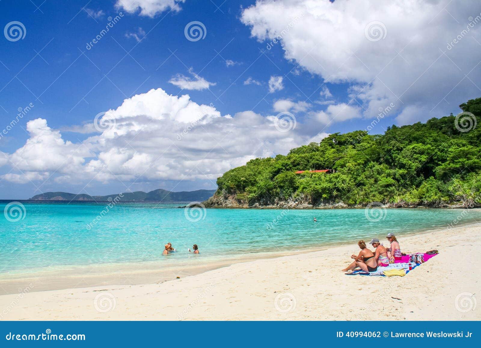 St John, USVI - de Bezoekers van de Boomstambaai zwemmen en zonnebaden