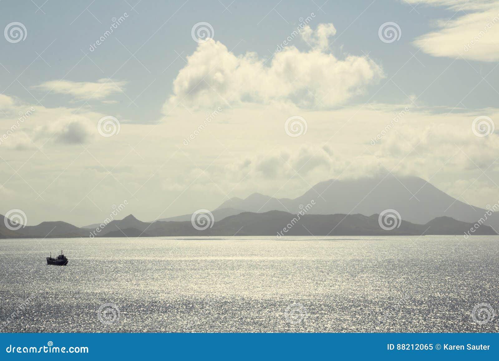 St Kitts terenoznawstwo wzdłuż wybrzeża z małą łódką przeglądać od oceanu na bight słonecznym dniu
