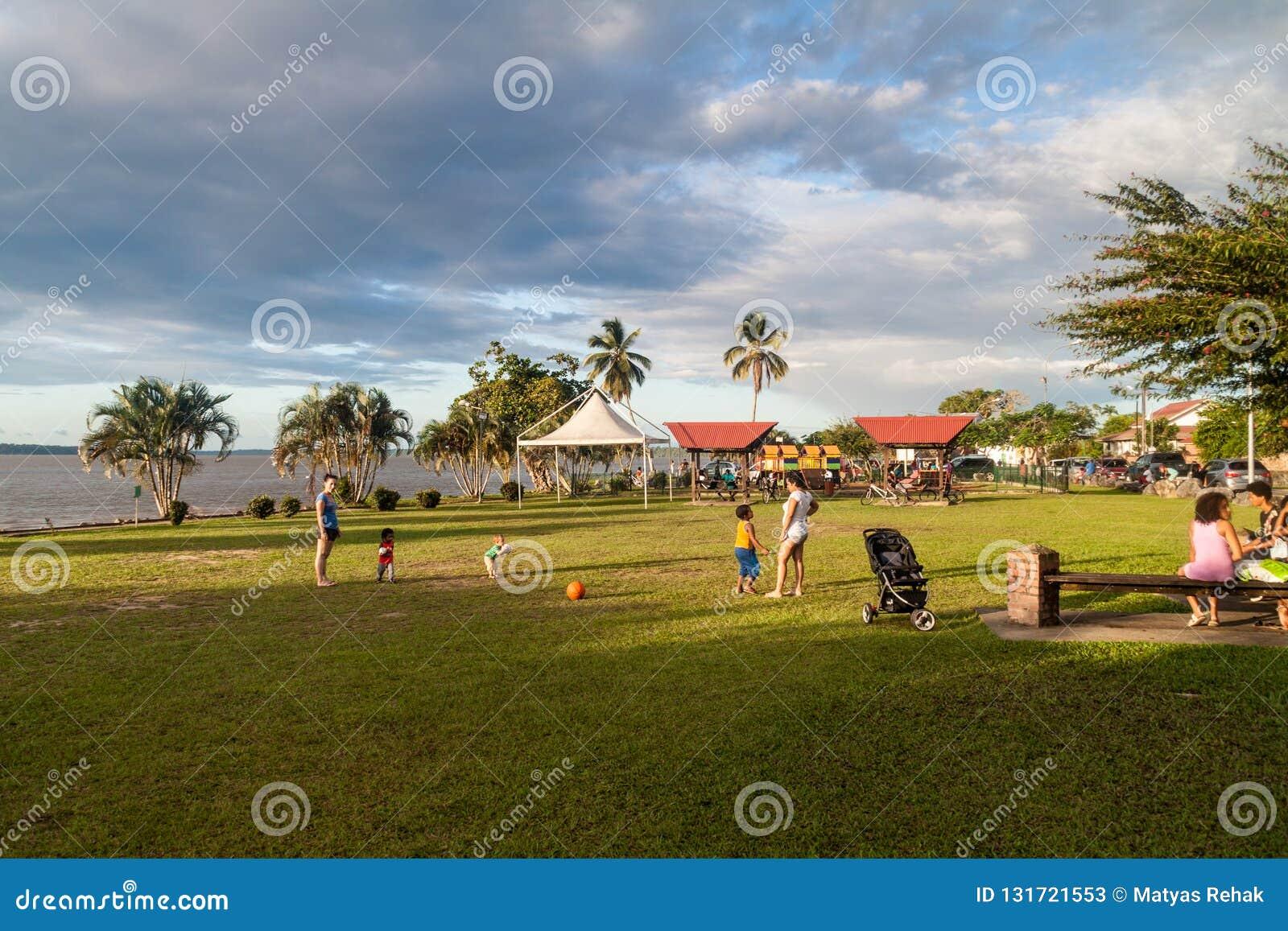 ST LAURENT DU MARONI, FRANZÖSISCH-GUAYANA - 4. AUGUST 2015: Leute auf einem Riverbankpark in St Laurent du Maroni, französisches