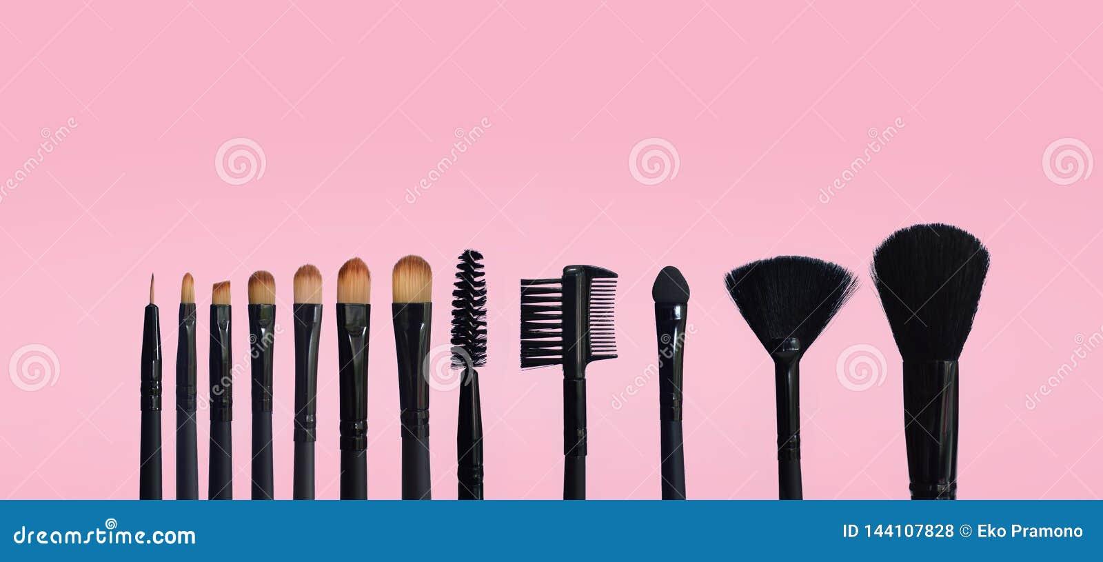 St?ll in av makeupborstar p? kul?r samlad bakgrund