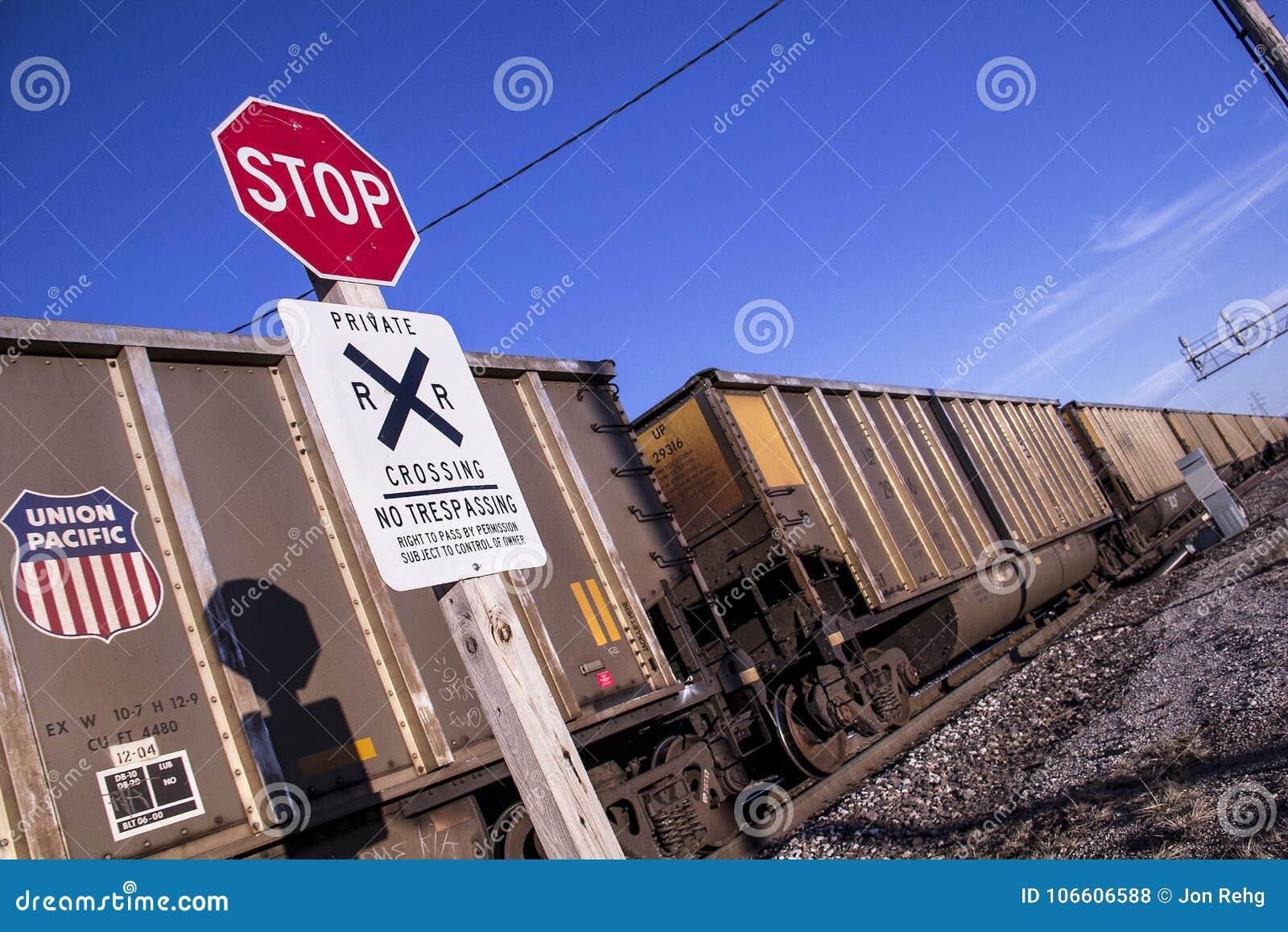 St. Louis, Missouri, Estados Unidos - circa 2015 - pare la travesía de ferrocarril de la muestra ningún tren pacífico de violació