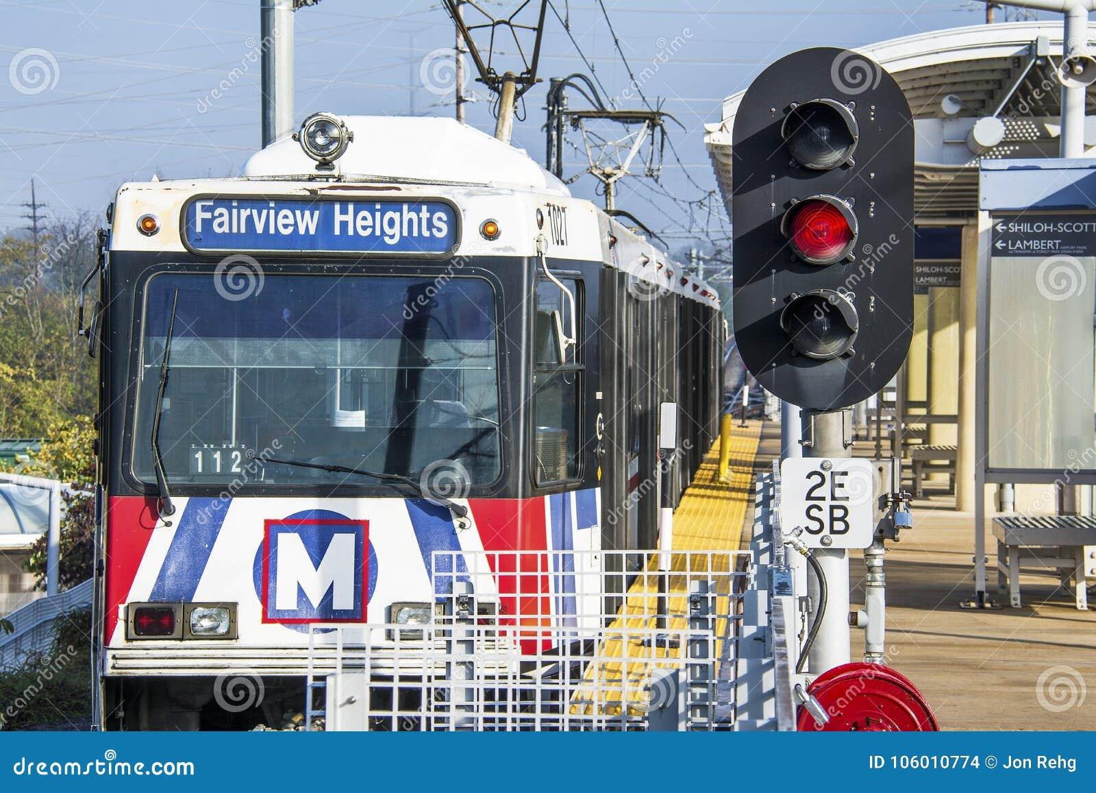 St Louis Missouri, Förenta staterna - circa 2016 - drev för Metrolink pendlarepassagerare på den Shrewsberry stationen