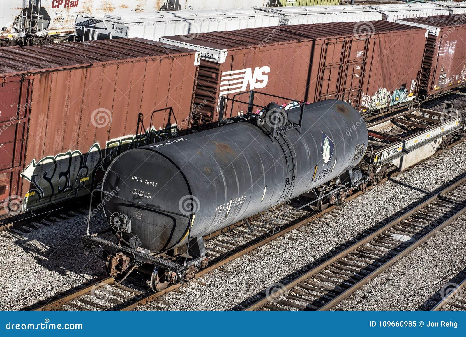 St Louis, Missouri, Jednoczący Około 2018-Norfolk boxcar i ADM tankowa Południowy taborowy samochód na torach szynowych w trainya