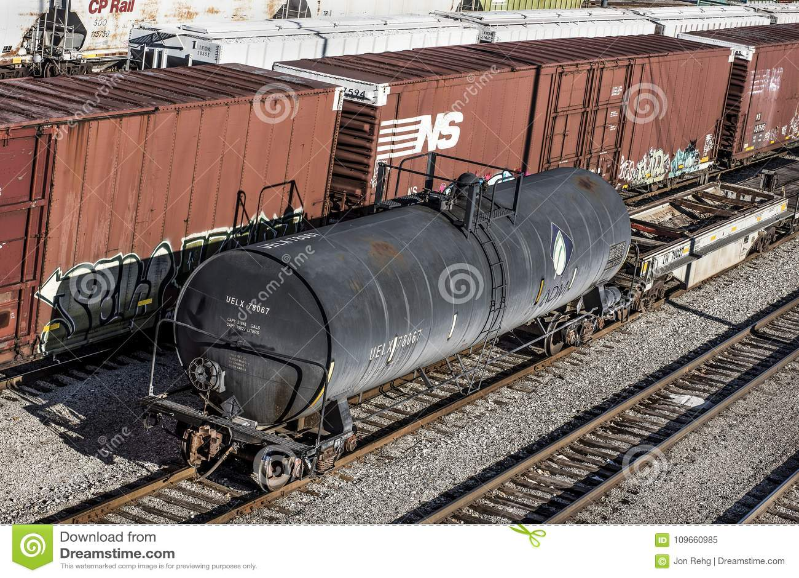 St Louis Missouri som förenas Tillstånd-circa den sydliga boxcar- och ADM-tankfartygbilen för drev 2018-Norfolk på järnvägspår i