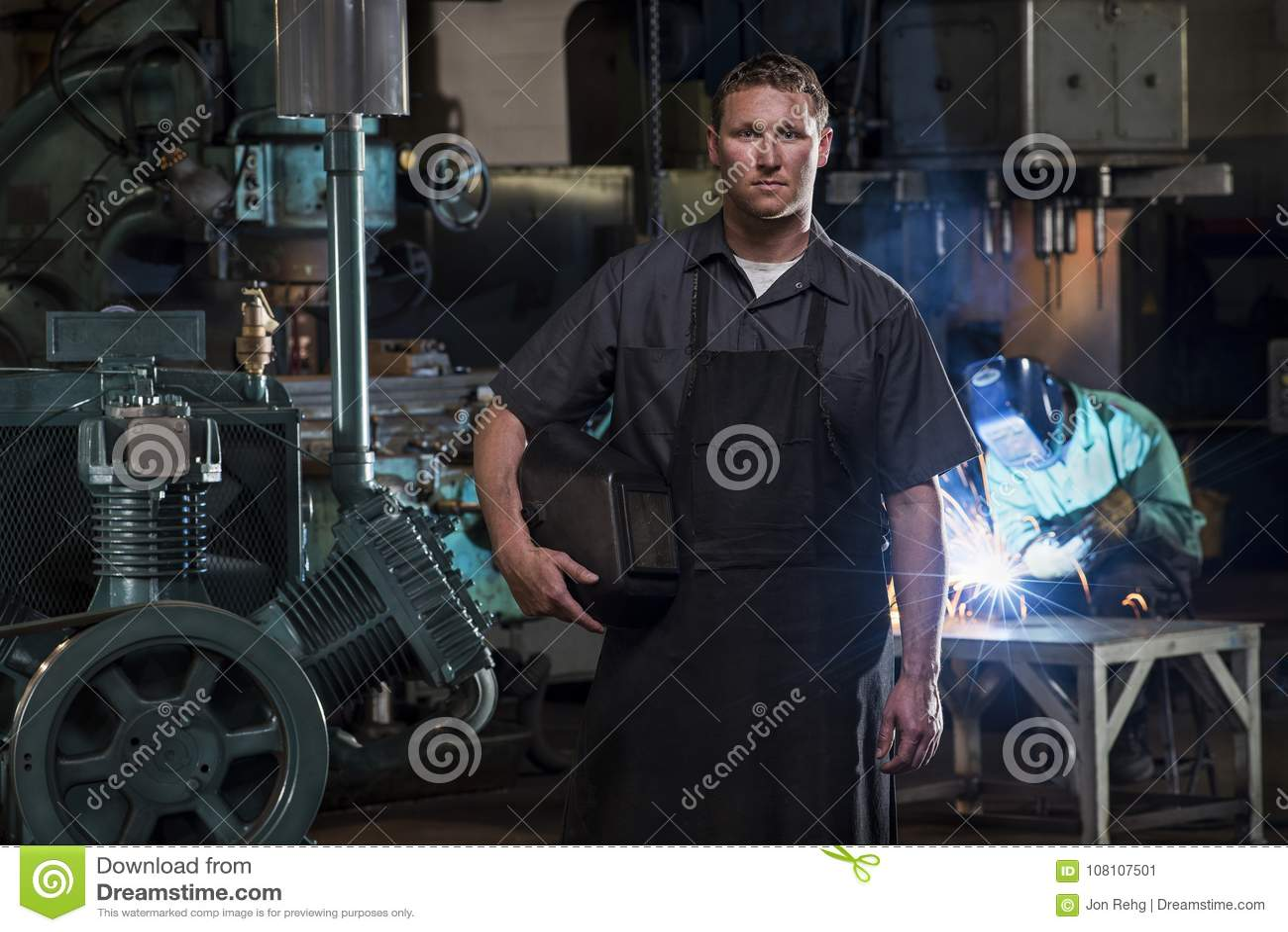 St. Louis, Missouri, USA-circa 2015-Portrait des männlichen Schweißers mit Maske in der Produktionsanlage und in der Mannschweißu