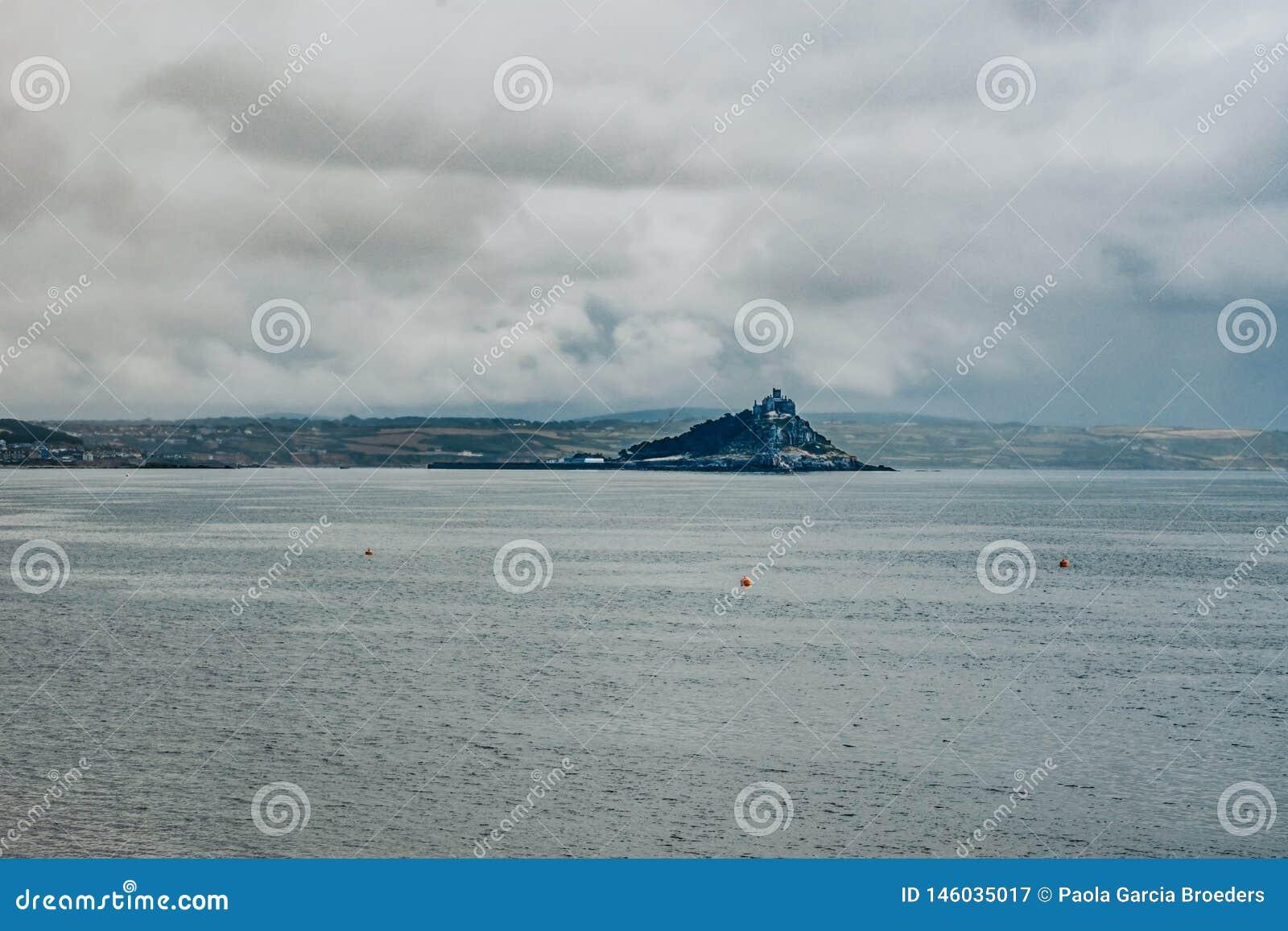 St Michael góra, widok od Penzance, Cornwall, UK