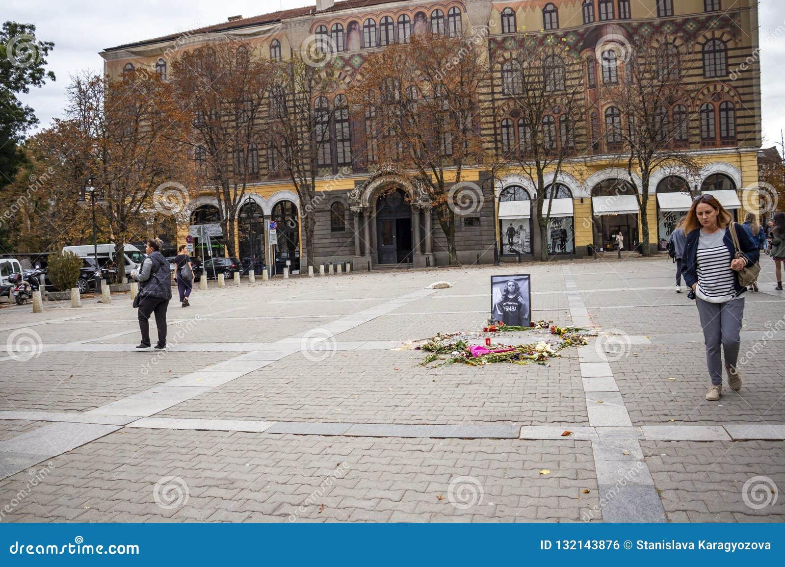 St Nedelya Vierkant in Sofia, Bulgarije na het kaarslichtgedenkteken voor de moorde journalist Victoria Marinova