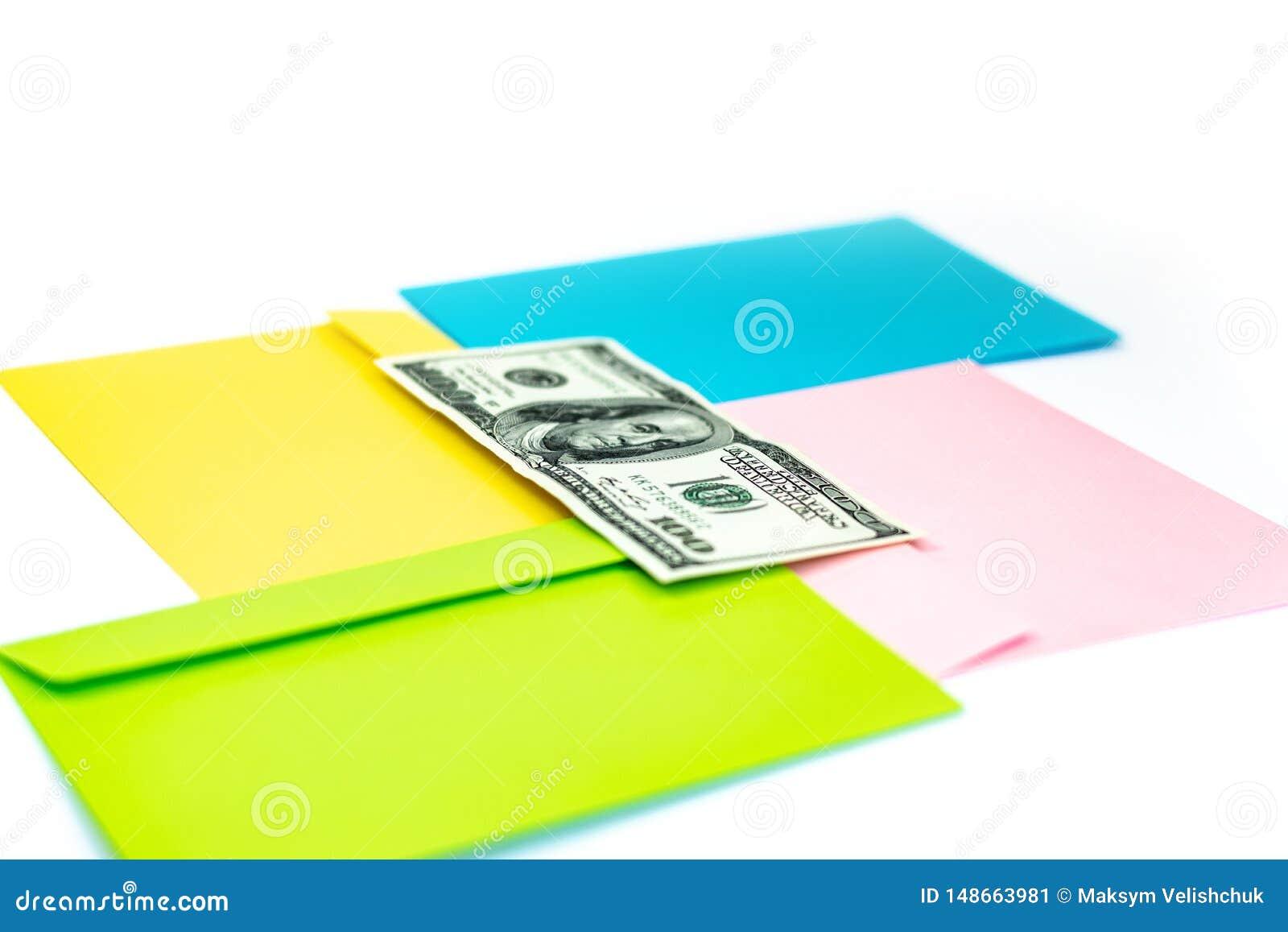 St?ng sig av pengar i rosa kuvert ligger upp p? de m?ng- kul?ra kuverten och bokst?verna som en bakgrund Br?nnm?rka upp ?tl?je; s