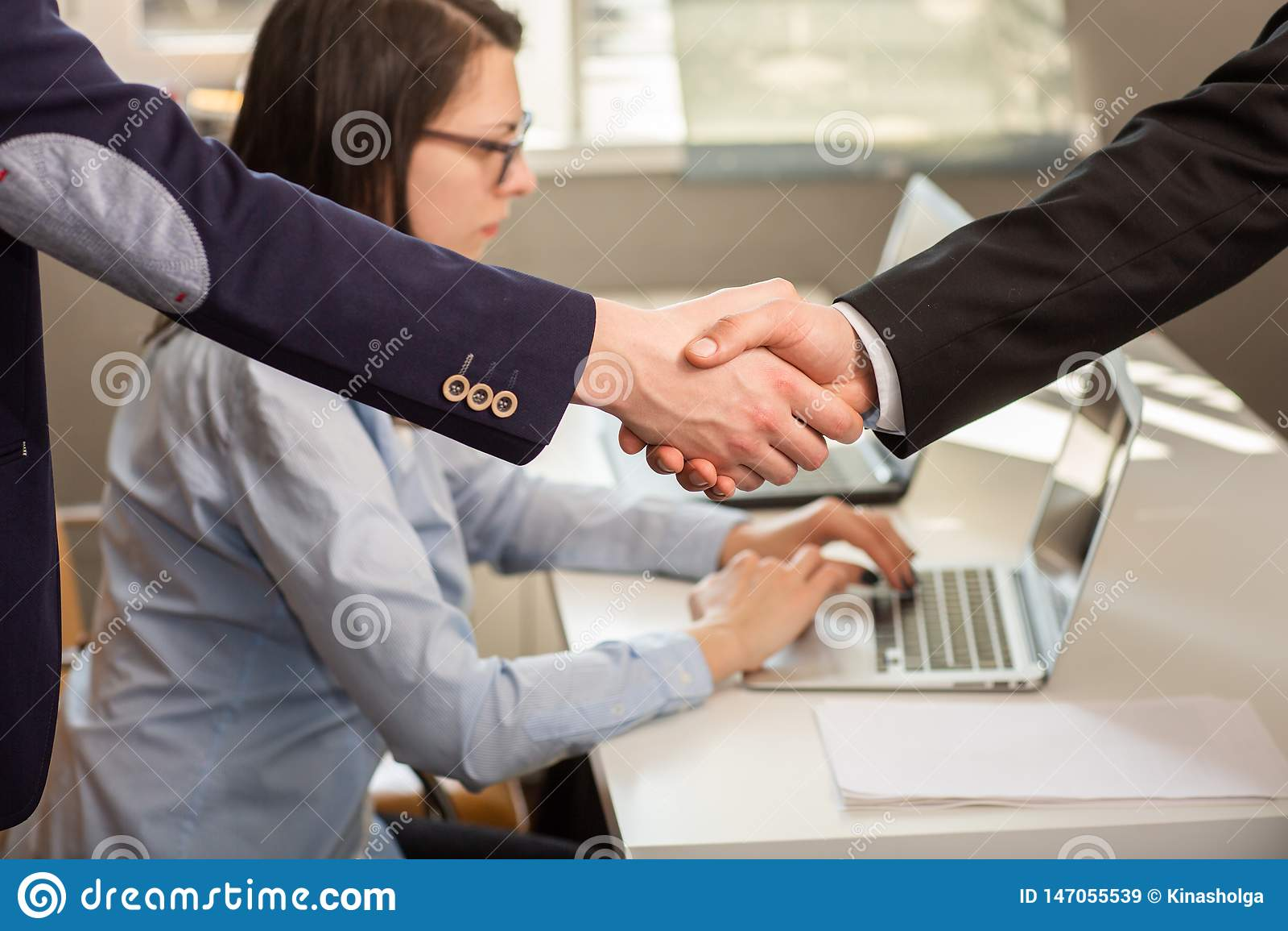 St?ng sig upp av aff?rsm?n och partnerskap som skakar h?nder f?r ?verenskommelseprojekt under styrelsem?te i kontoret