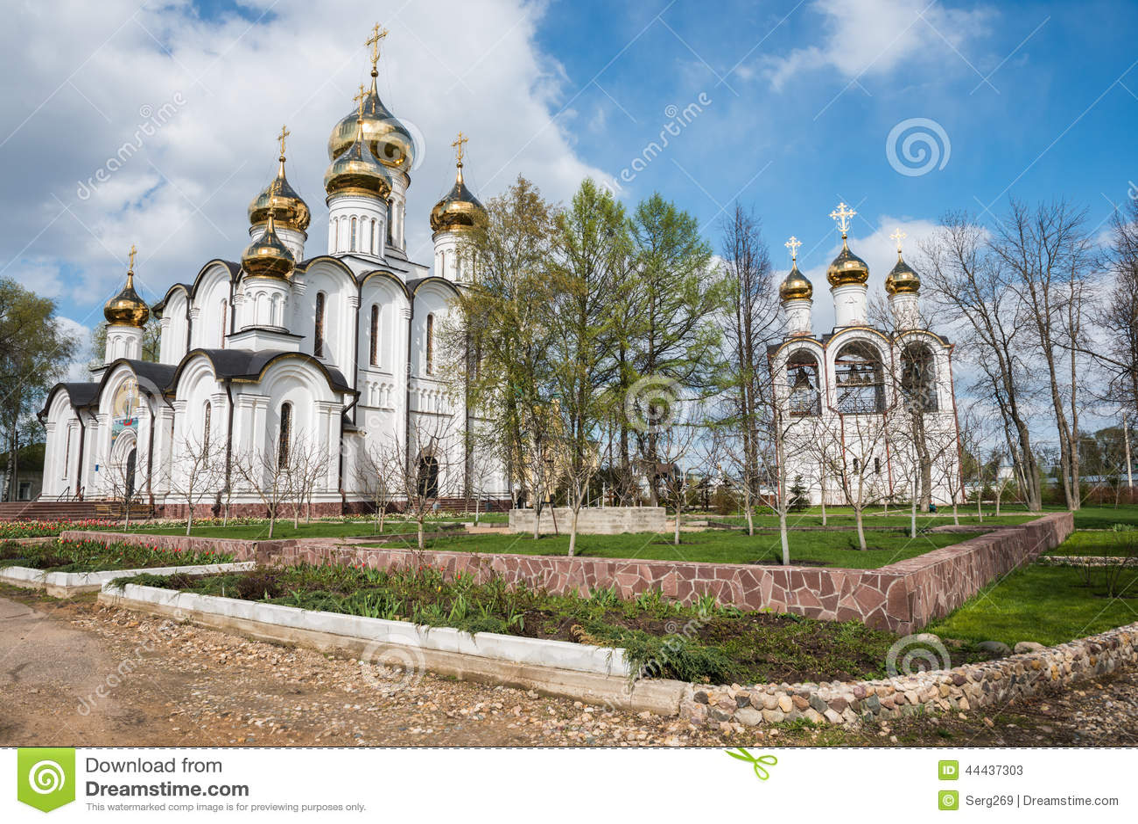 St Nicholas (Nikolsky) kloster från vårträdgårdsynvinkel