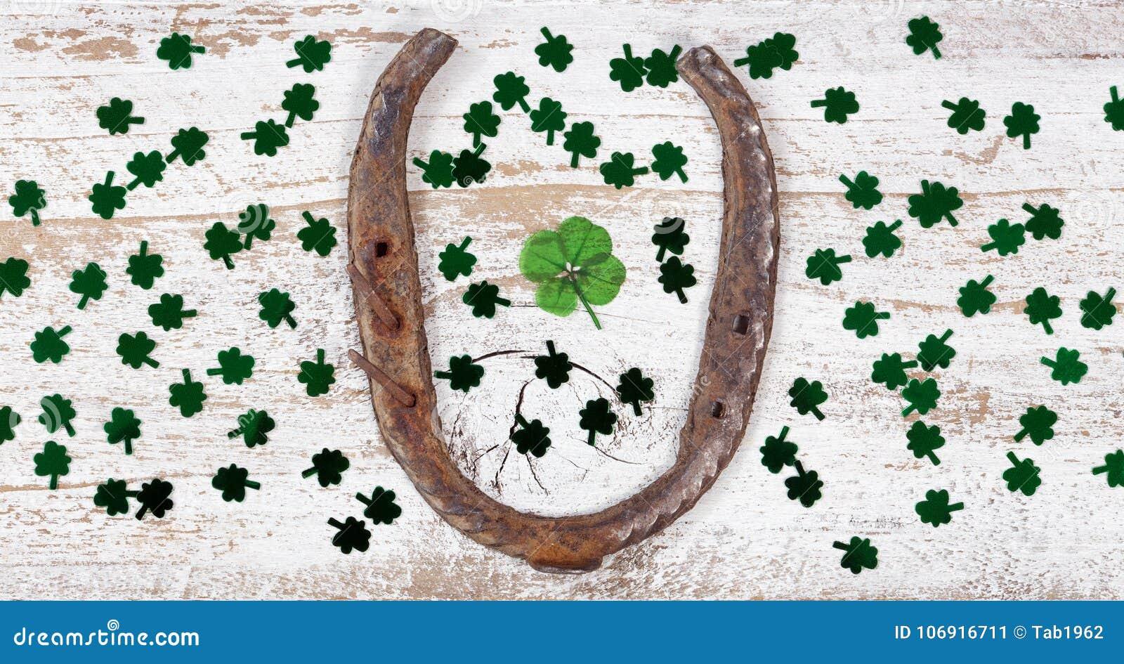 St Patrick dnia szczęsliwe rzeczy na nieociosanym białym drewnie