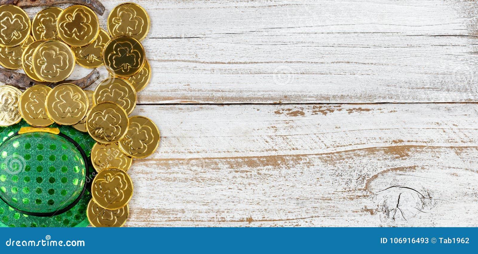 St Patrick złoto z kapeluszem na nieociosanym białym drewnianym tle