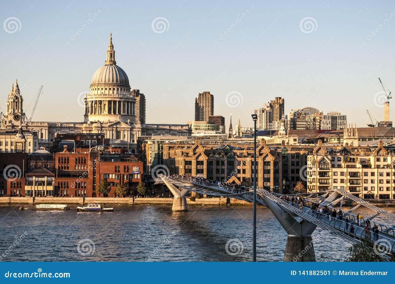 St Paul ` s Kathedraal en Millenniumbrug, Londen, het UK