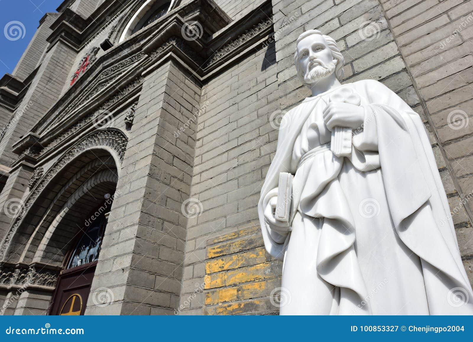 St- Peter` s Statue vor der Kirche