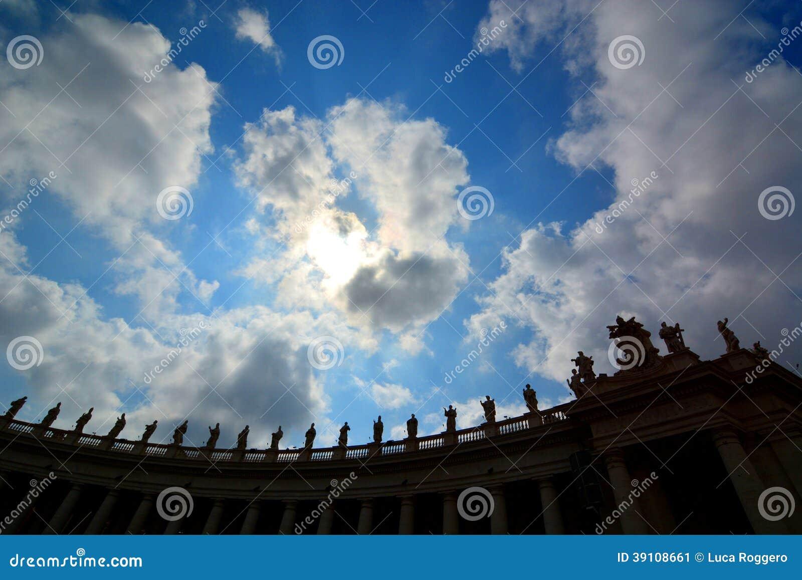 St. Peter standbeeldensilhouet. De Stad van Vatikaan