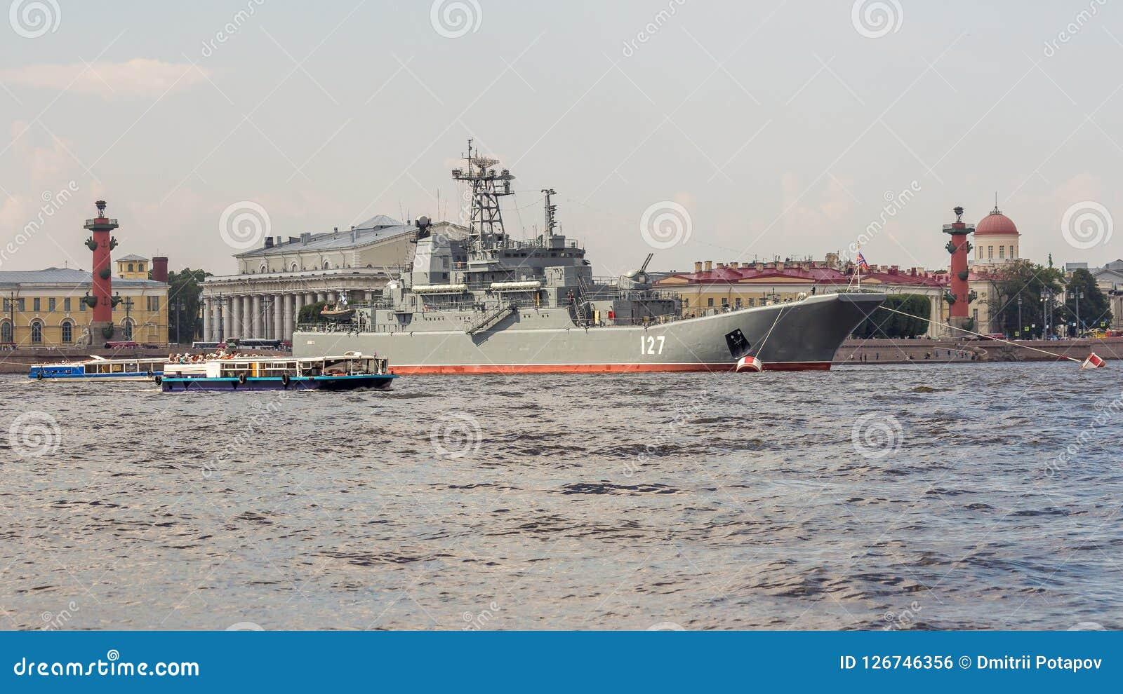 St Petersbourg, Russie - 07/23/2018 : Préparation pour le défilé naval - BDK-43 ` de Minsk du `