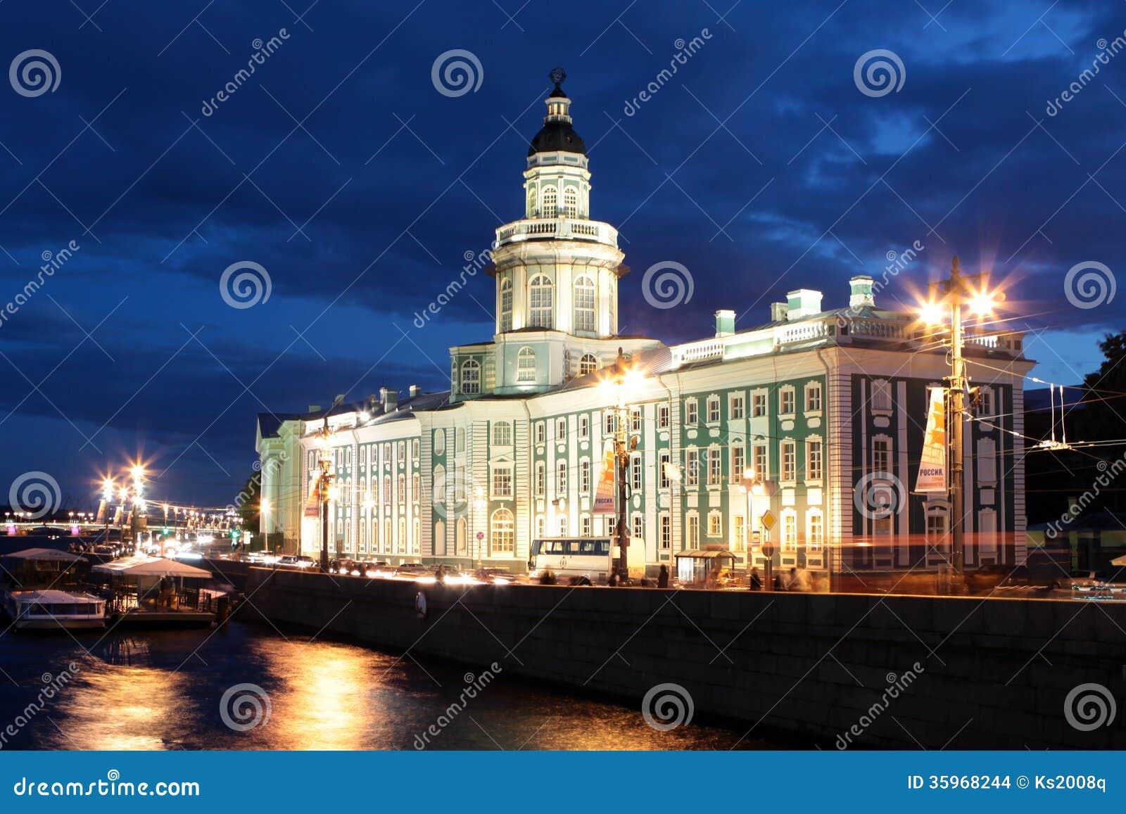 St Petersburg. El edificio del museo de la anatomía en la noche blanca