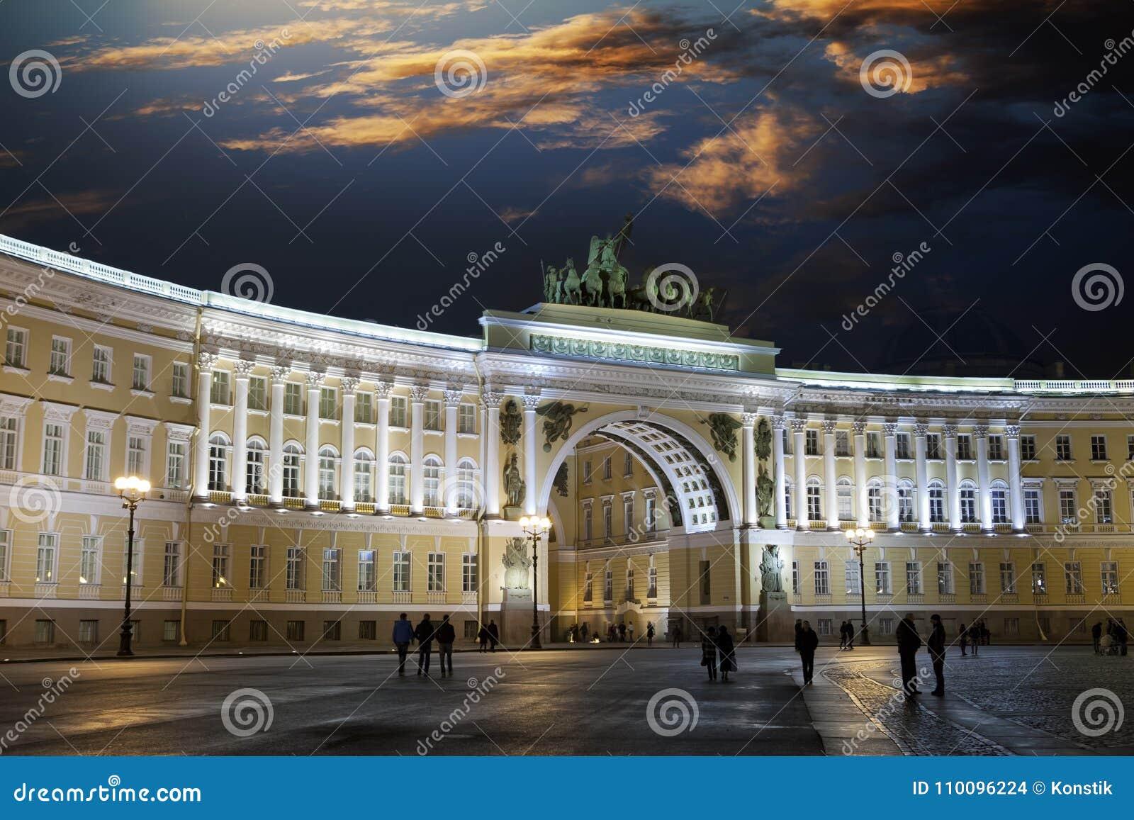 St petersburg la russia quadrato del palazzo ed arco della