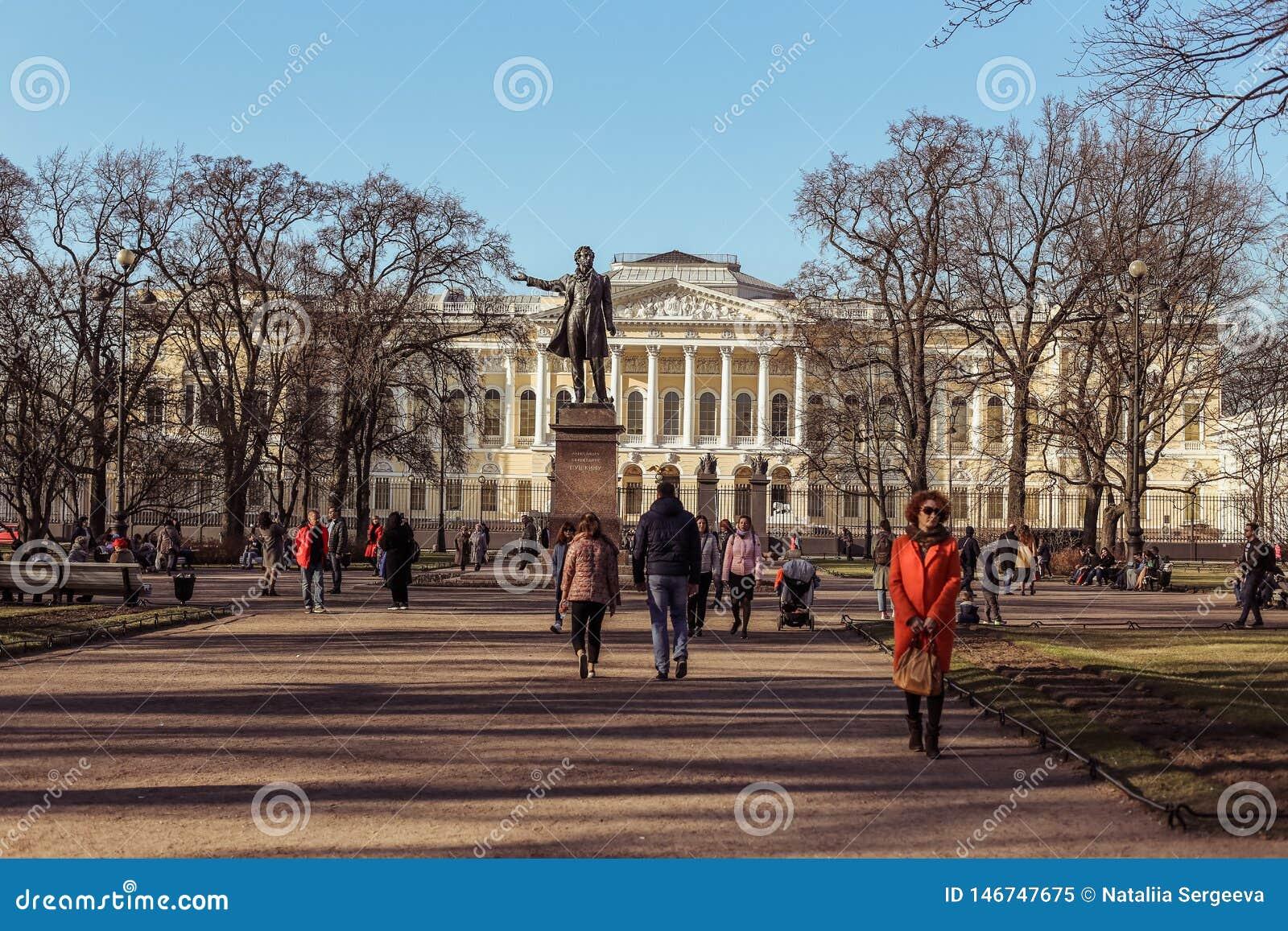 St Petersburg, Rússia - 21 de abril de 2019: as crianças que os adultos andam nas artes esquadram em um dia de mola ensolarado
