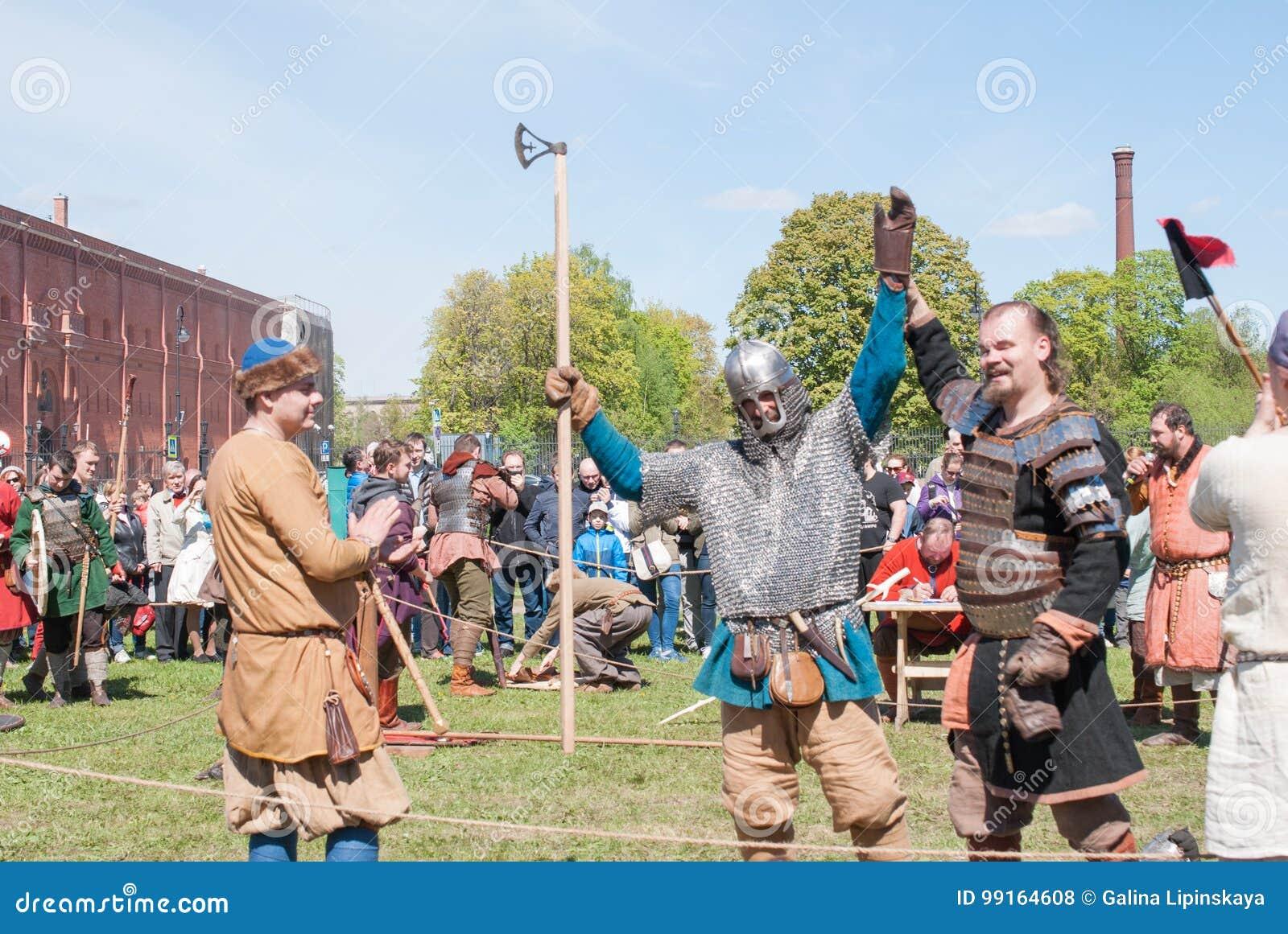 St Petersburg, Rússia - 27 de maio de 2017: Luta Demonstrational da espada no festival histórico em St Petersburg, Ru da reconstr