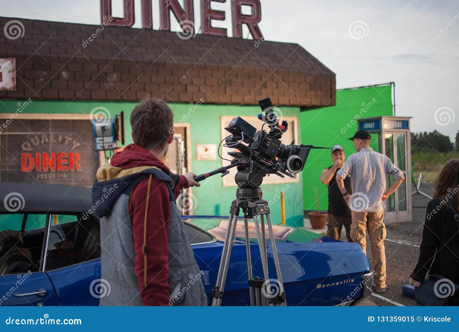 ST PETERSBURG, RÚSSIA - 31 DE OUTUBRO DE 2018: Grupo de filme no lugar cinematógrafo da câmera 4K